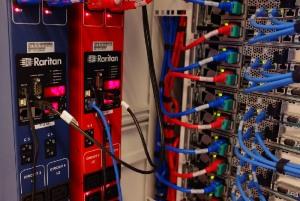 לכל פס שקעים יש שני חיישני טמפרטורה/לחות. שלושה חיישנים מלפנים ו אחד מאחור. התמונה מחוות השרתים של eBay